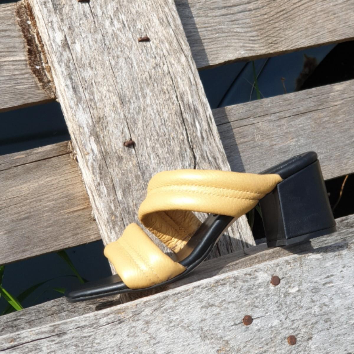 Γυναικεία δερμάτινα πέδιλα σε χρυσή απόχρωση| by Tessera®